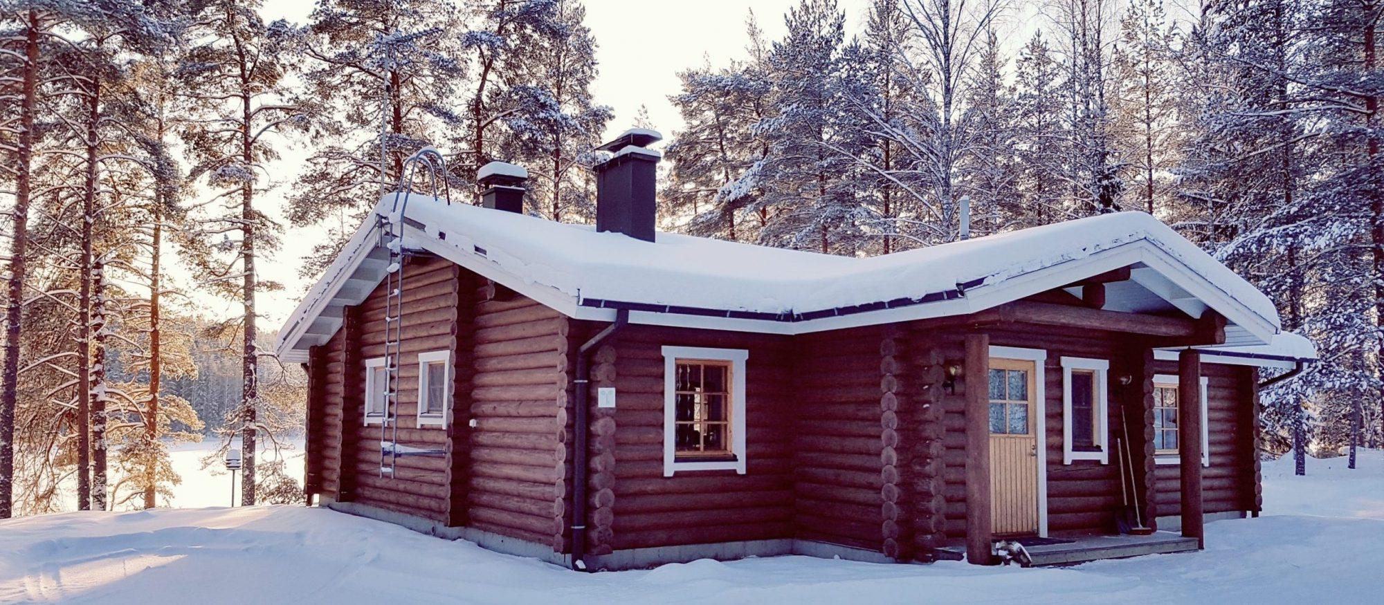 Talvinen mökki ulkoa